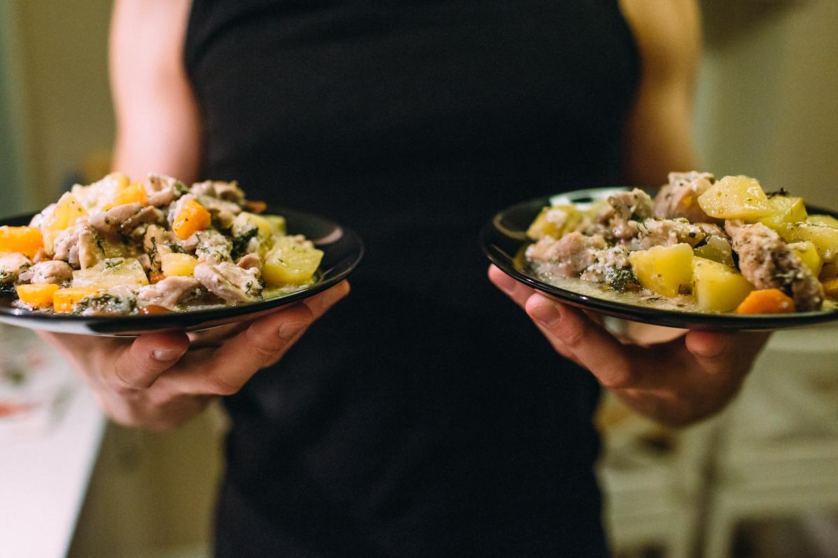 Тушёное филе цыпленка с овощами в сливочно-грибном соусе