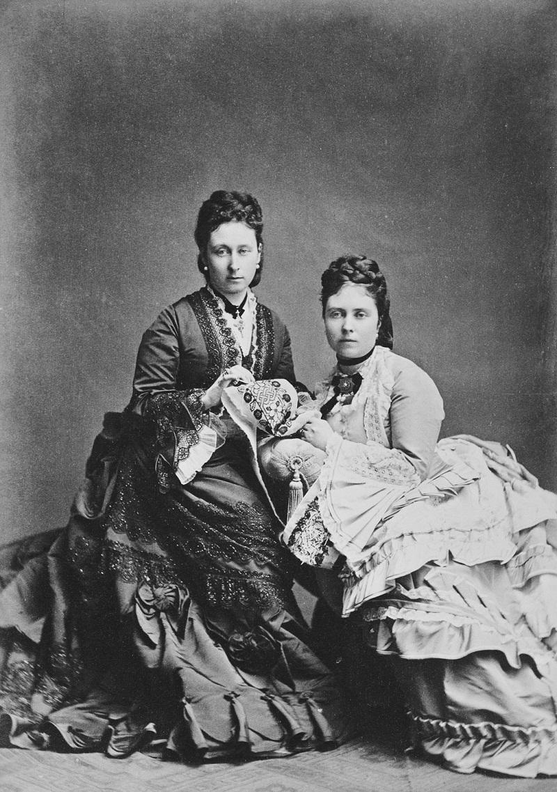 Виктория, кронпринцесса Германии, и Алиса, принцесса Луи Гессен, 1873 [В портретах королевской детей Vol.17 1872-73]