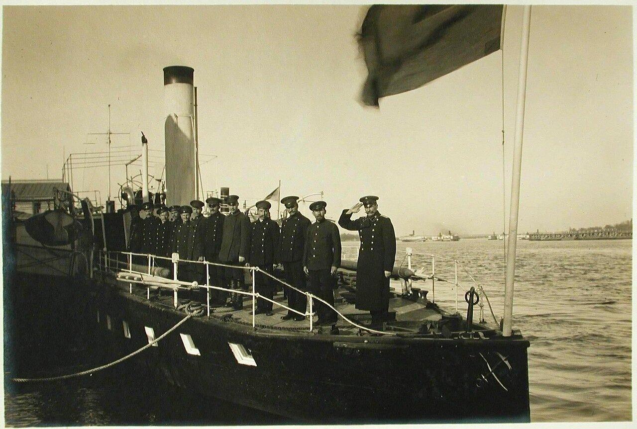 10. Команда парохода «Головачев» , выстроенная на палубе