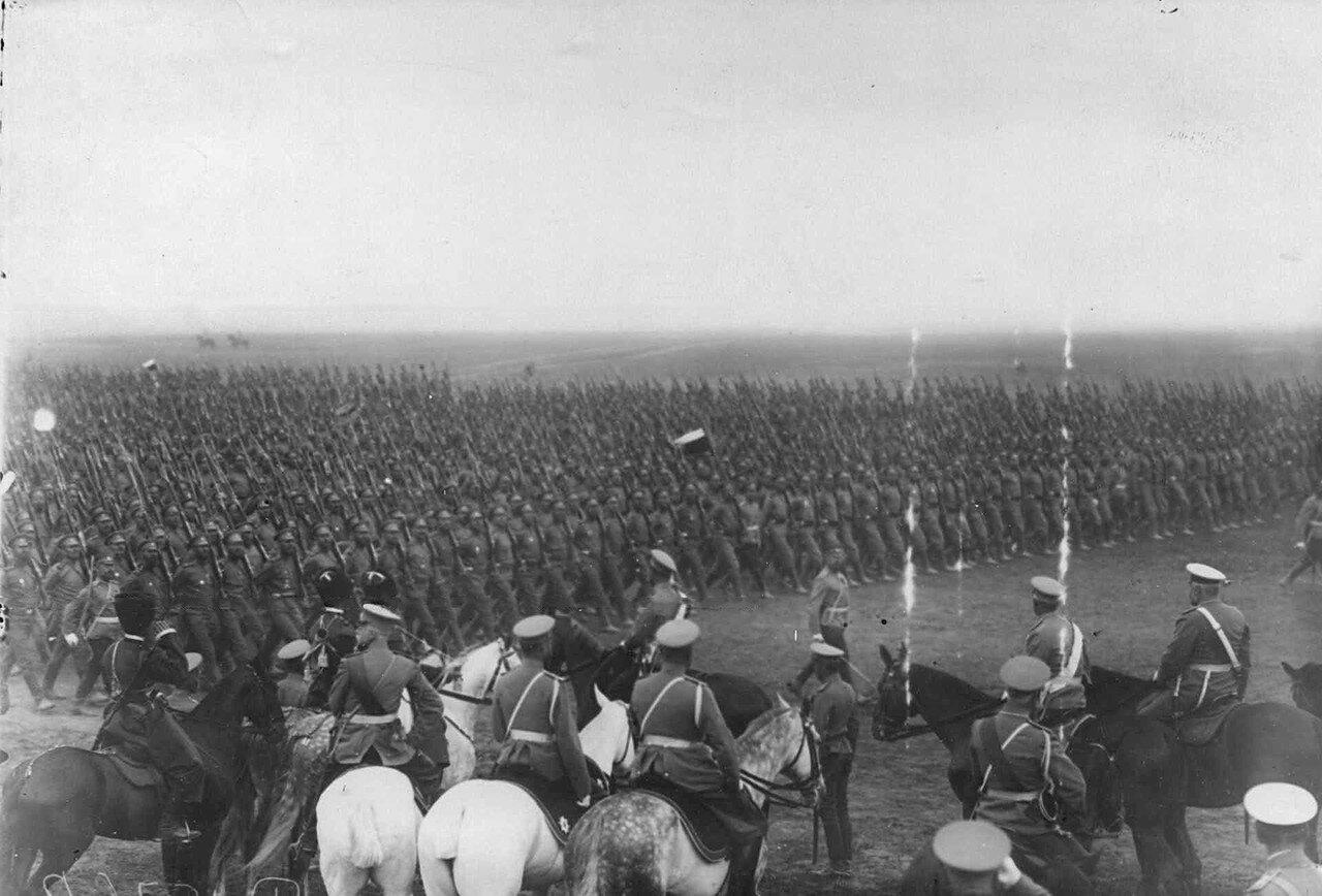 30. Войска проходят церемониальным маршем мимо принимающих парад. 30 июля 1912
