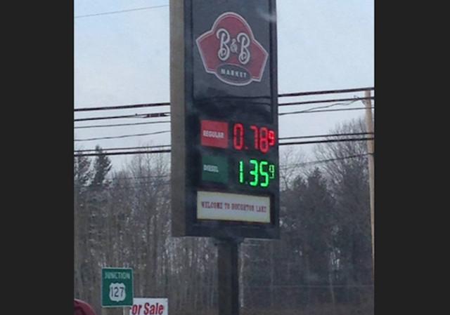 Водном изамериканских штатов цена литра бензина упала ниже 8 руб.