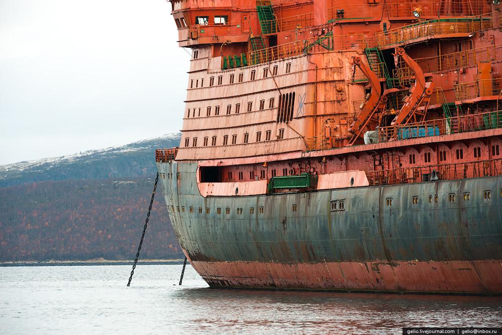 Спущен на воду в 1975 году и считался крупнейшим из всех существующих на тот период времени: его шир
