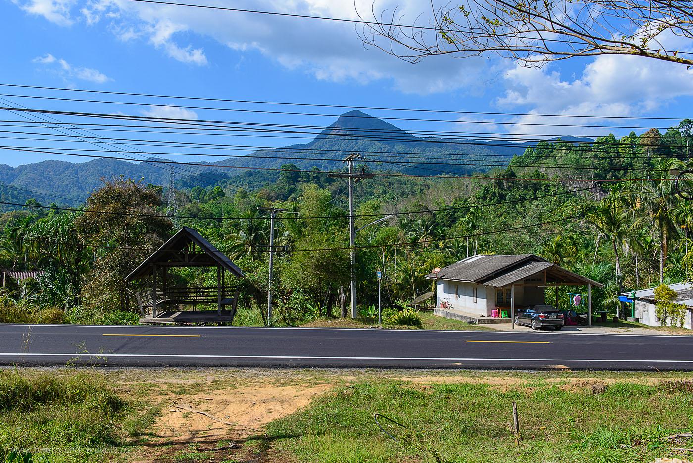 8. Фото не передает масштабы. Эта гора возвышается настоящим исполином над окрестностями. Экскурсии по Таиланду. Поездка на машине (125, 34, 9.0, 1/60)