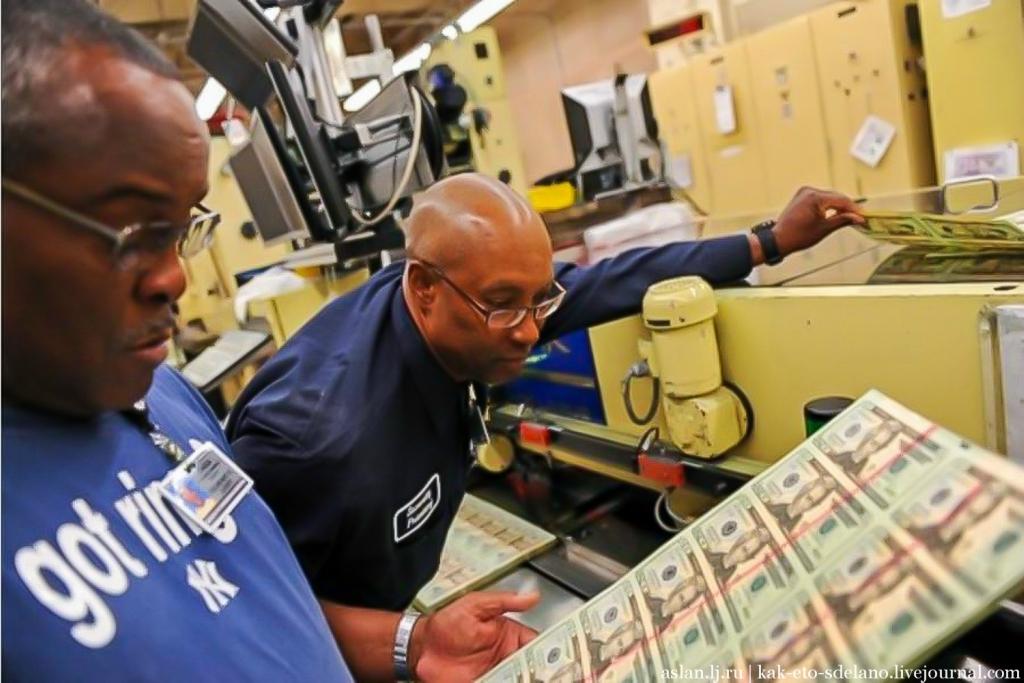 Правом денежной эмиссии (выпуска) долларов США обладают 12 банков — членов Федеральной резервной системы. Территория США была разделена на 12 регионов (округов), каждый со своим федеральным резервным банком, которые имеют цифровое и буквенное обозначение в алфавитном порядке: Территория Буква Расположение центра 1                                A       Бостон 2                                B       Нью-Йорк 3                                C      Филадельфия 4                                D      Кливленд 5                                E      Ричмонд 6                                F      Атланта 7                                G     Чикаго 8                                H      Сент-Луис 9                                 I      Миннеаполис 10                              J      Канзас-Сити 11                              K     Даллас 12                              L      Сан-Франциско