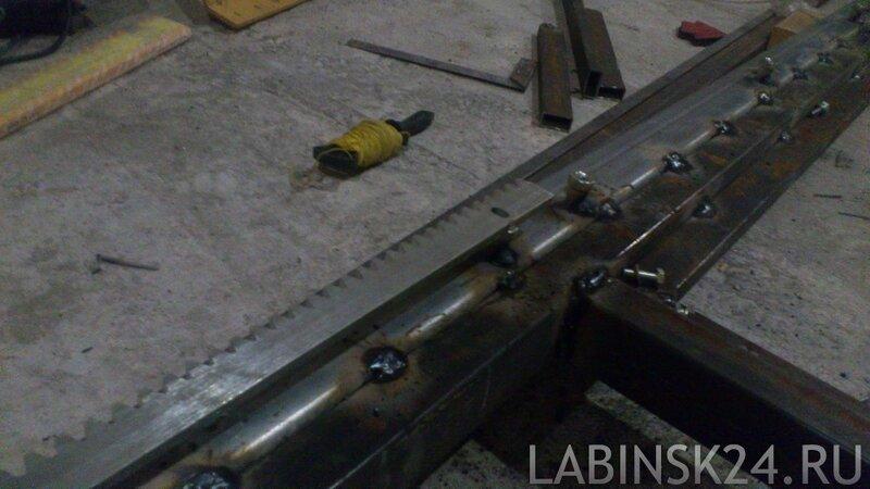 Как приварить зубчатюу рейку к балке откатных ворот своими руками