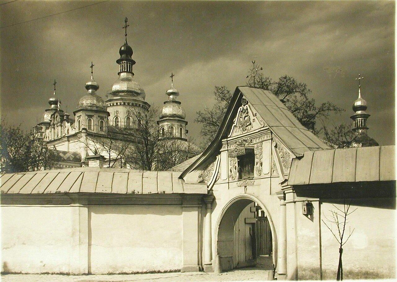41. Вид на Михайловскую Златоверхую церковь Михайловского Златоверхого монастыря