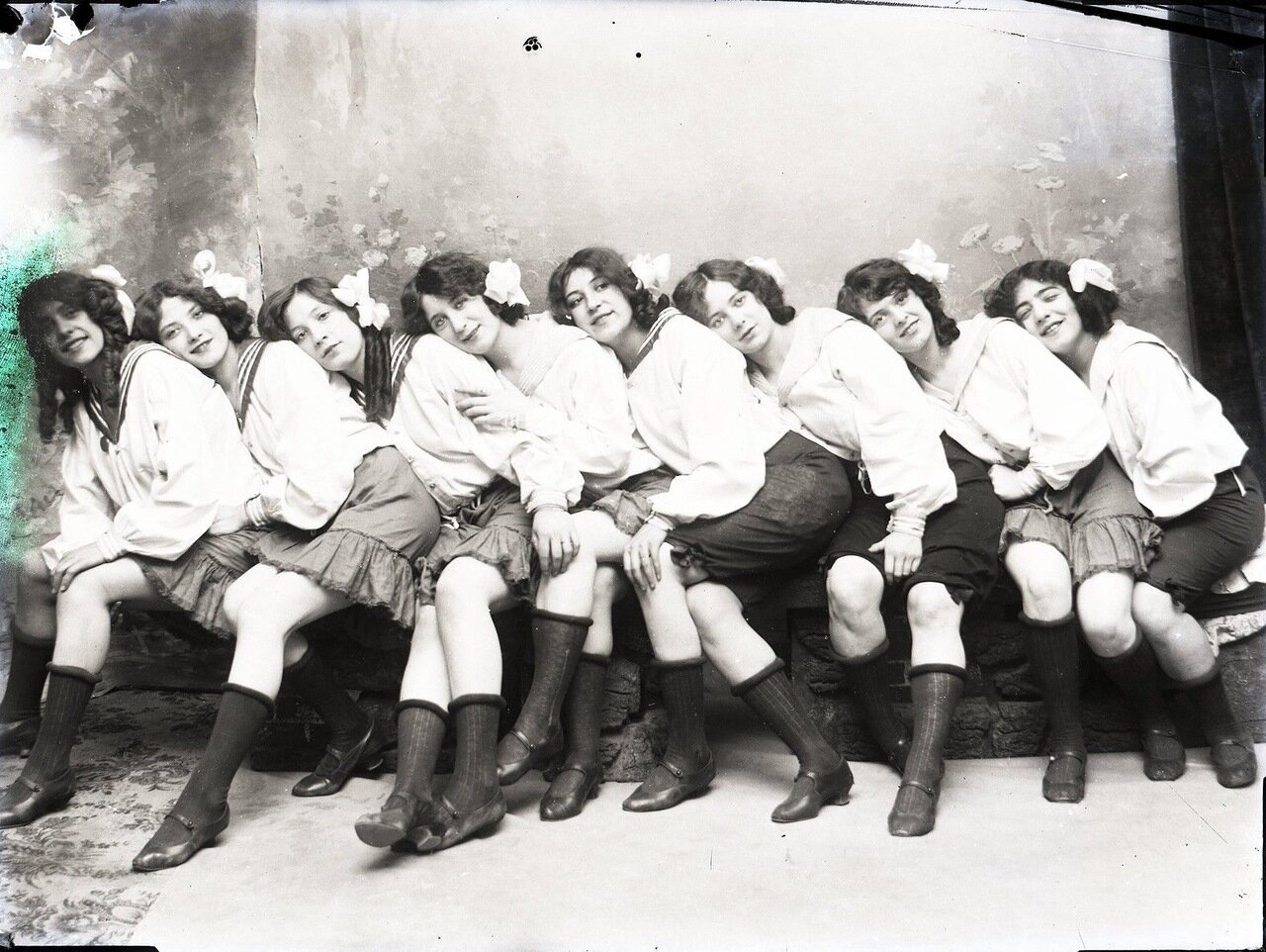 Девушки из кабаре в Ницце 1900
