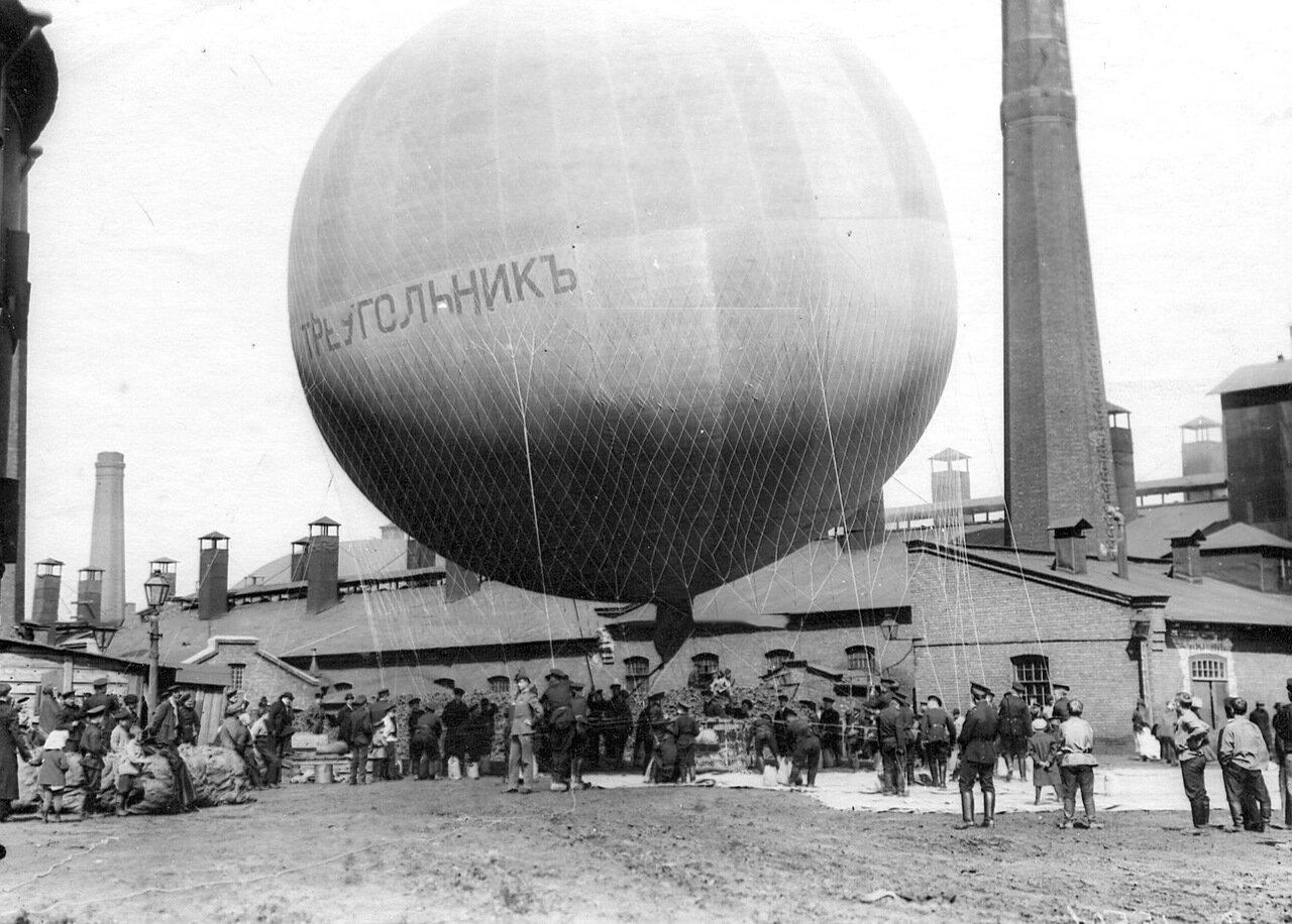 67. Воздушный шар, изготовленный товариществом российско-американской мануфактуры Треугольник, перед полетом на территории Газового завода