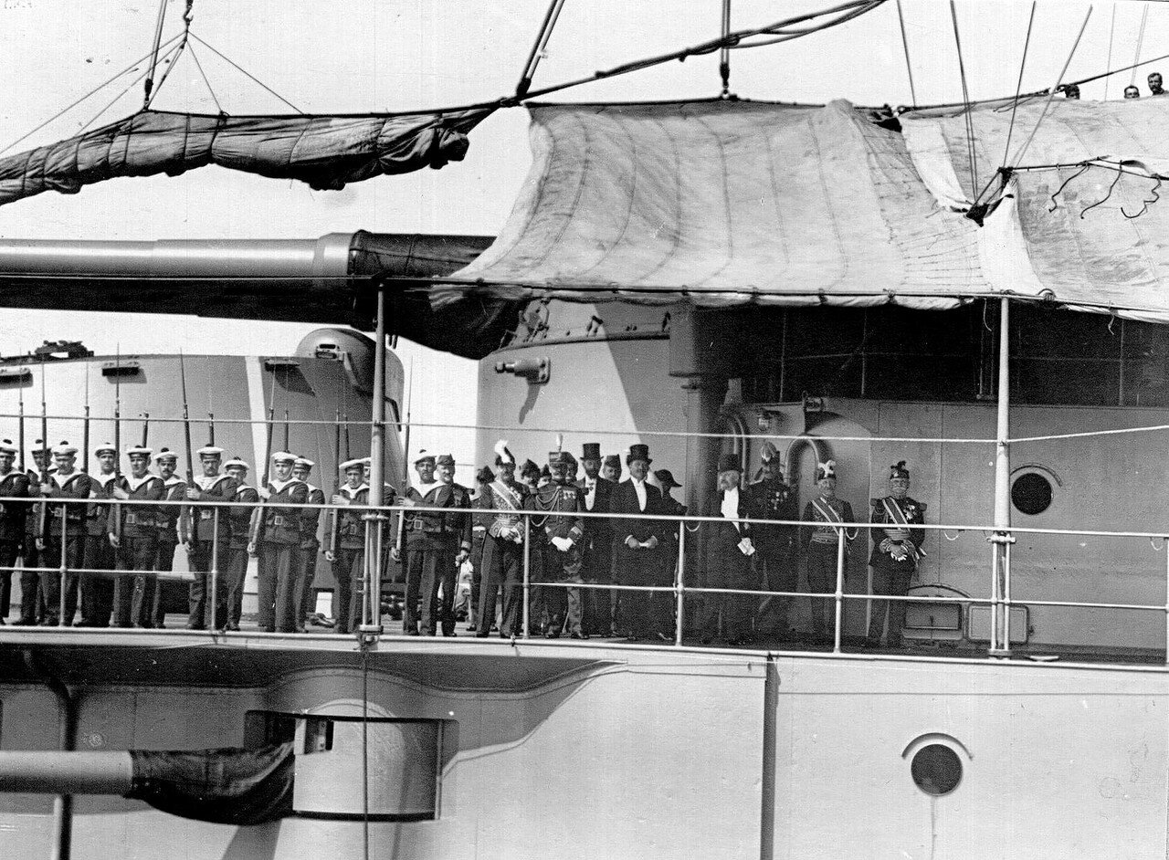 11. Президент Французской Республики Раймон Пуанкаре, министр-президент Рене Вивиани, адмирал Ле-Бери и сопровождающие их лица на верхней палубе броненосца «Франция». 7 июля 1914