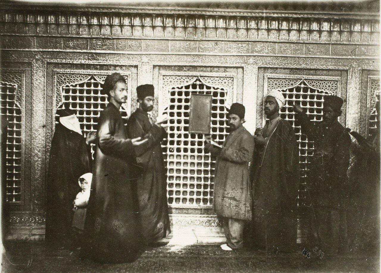 Паломники в храме Наджара