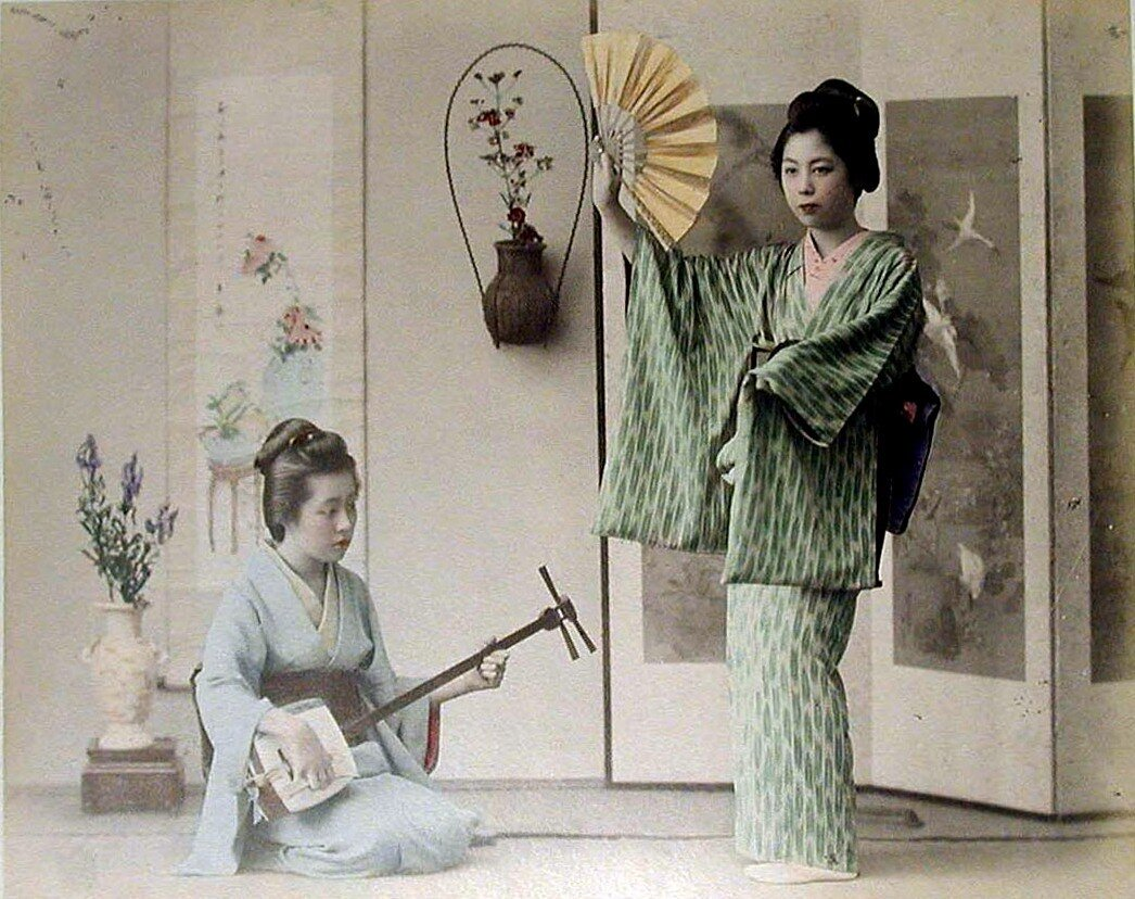 Две женщины с веером и сямисэном