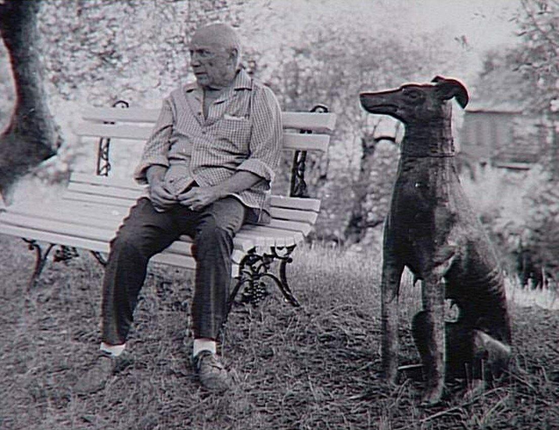 1966. Пикассо на скамейке