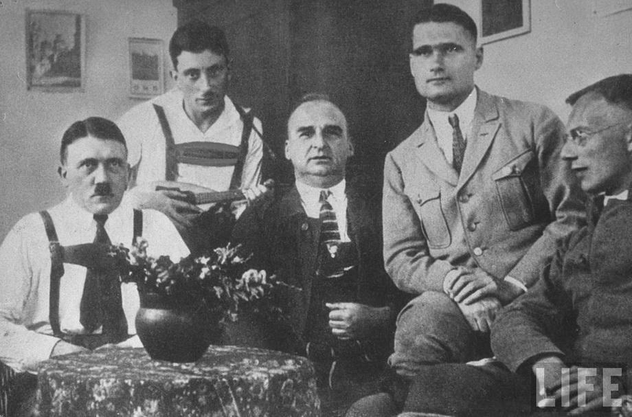 Гитлер в тюрьме Ландсберг во время визита товарищей по партии. 1924 г.