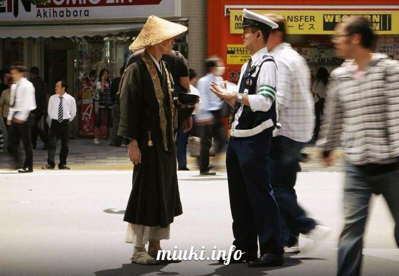 Японский полицейский и японский монах