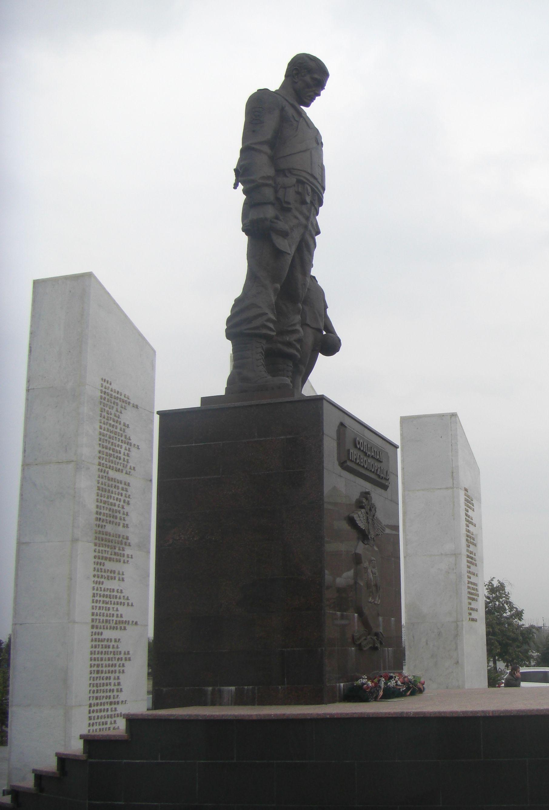 Боковой вид на памятник (26.05.2015)