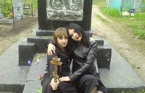 девушки готы на кладбище