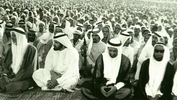 Мужчины на молитве во время мусульманского фестиваля Eid in Dubai.
