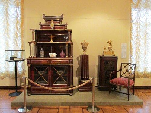 В центре: декоративная ваза. Петергофская гранильная фабрика, кон. 18 в. Яшма, бронза, литье, золочение