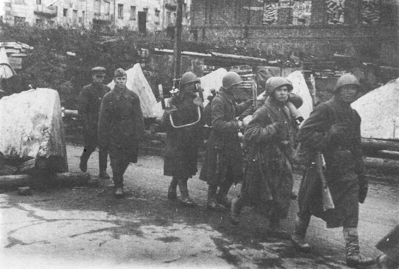 Солдаты, направляющиеся на фронт, проходят по Международному проспекту (Московский пр.)