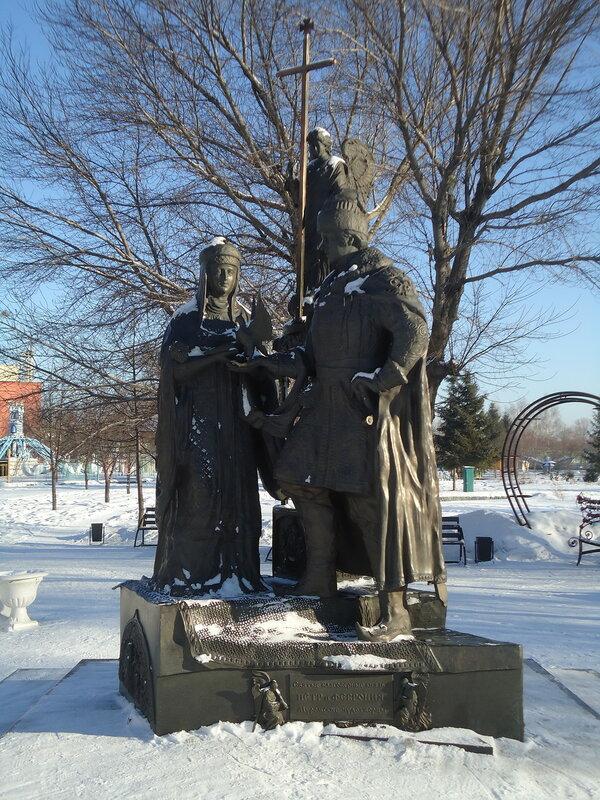 Бийск. Памятник Петру и Февронии