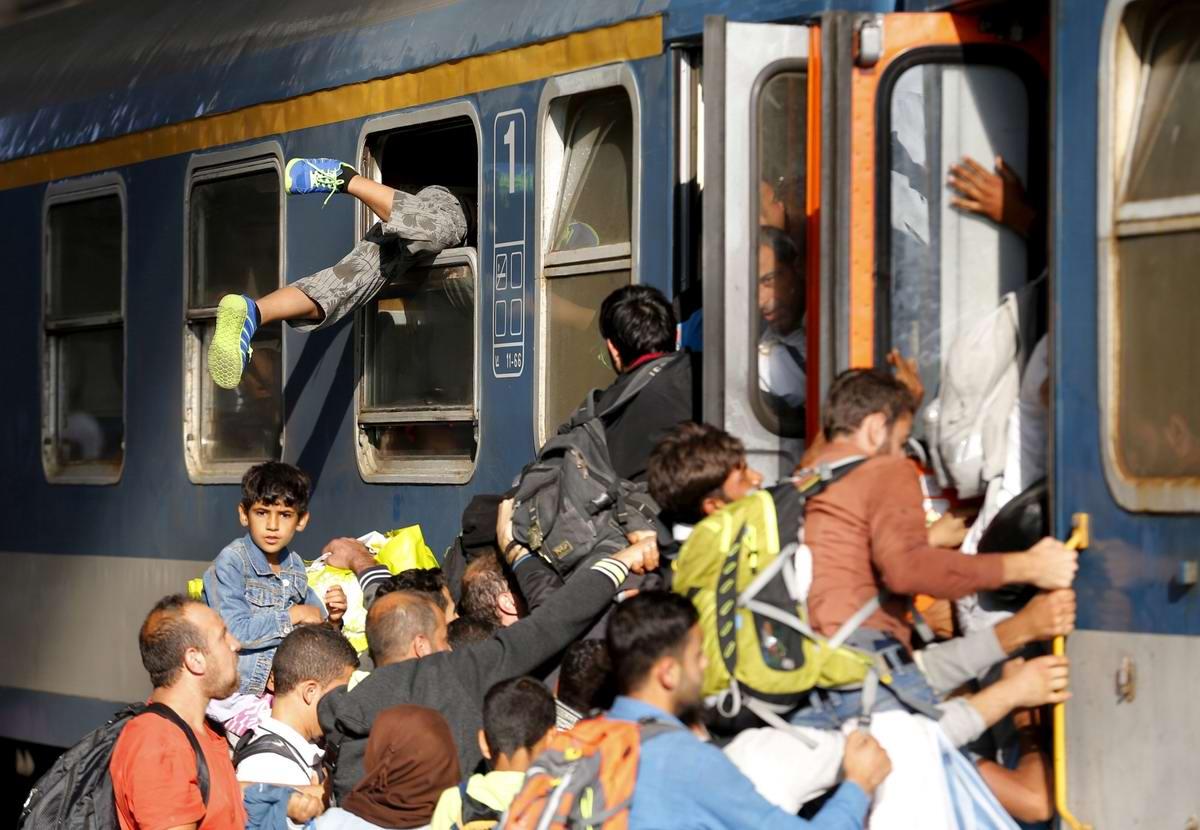 Штурм Будапешта: Мигранты с Ближнего Востока на ж/д вокзал венгерской столицы (29)