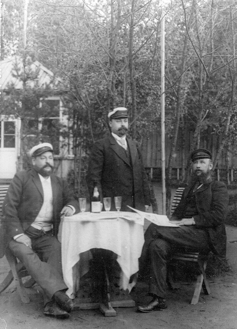 09. Члены яхт-клуба в саду