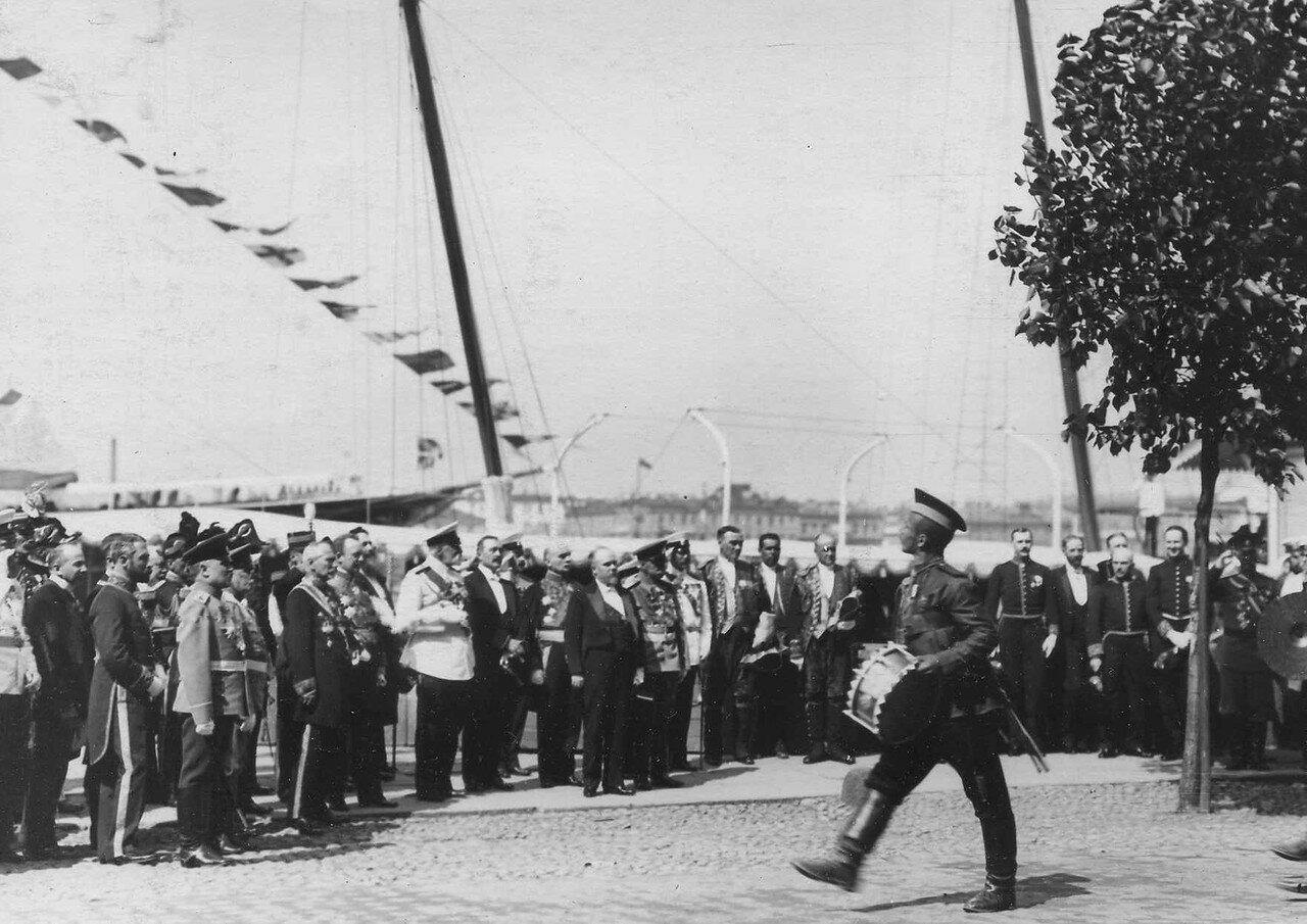 31. Р.Пуанкаре, Р.Вивиани и сопровождающие их лица принимают парад почетного караула на Английской набережной