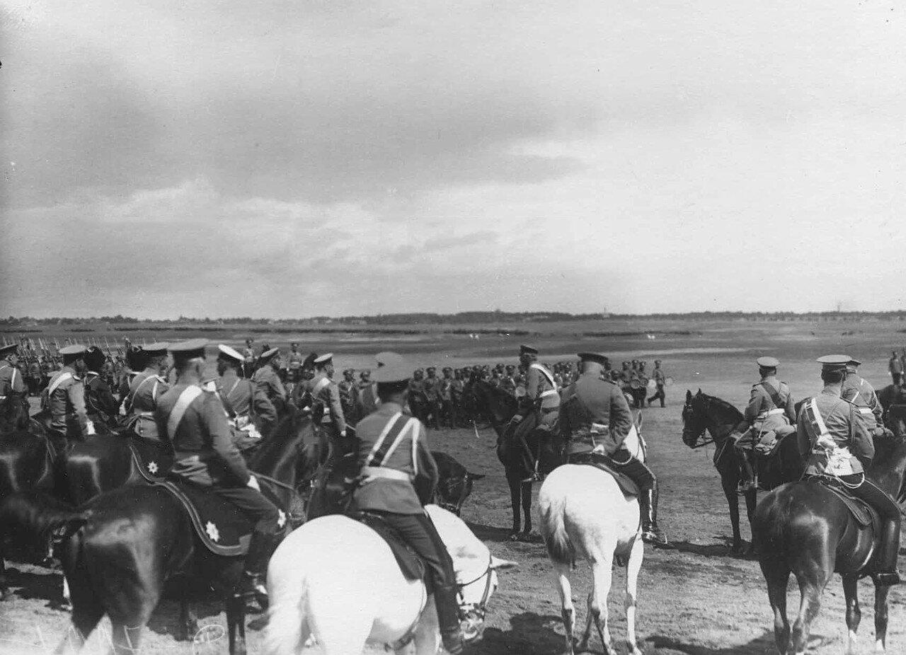 43. Пехотный полк проходит церемониальным маршем мимо императора Николая II и датского короля Фридриха VIII. 7 июля 1909