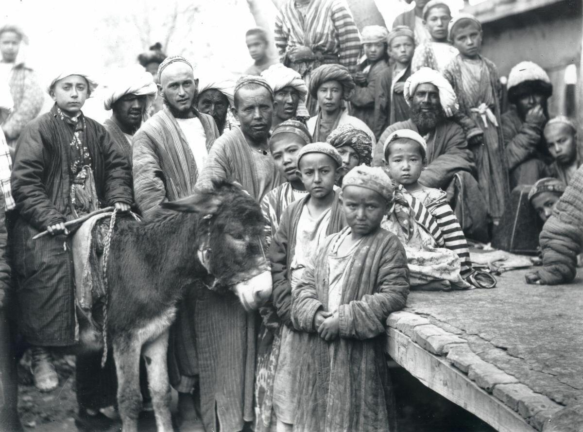Сарты на улице. Туркестан. 1876-1897
