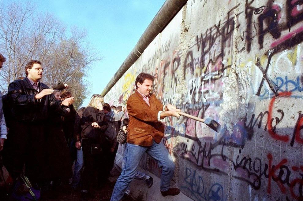 Житель Западного Берлина пытается разбить Берлинскую стену молотком рядом с площадью Потсдамер 12 ноября 1989 год John Gaps III.jpg
