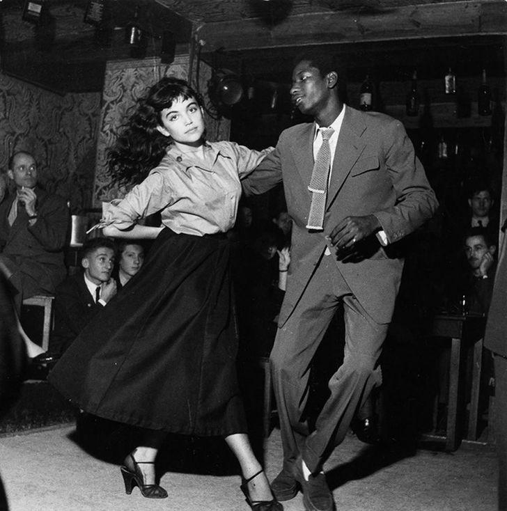 9. Пара, танцующая би-боп в театре Vieux Colombier в Париже (1951)