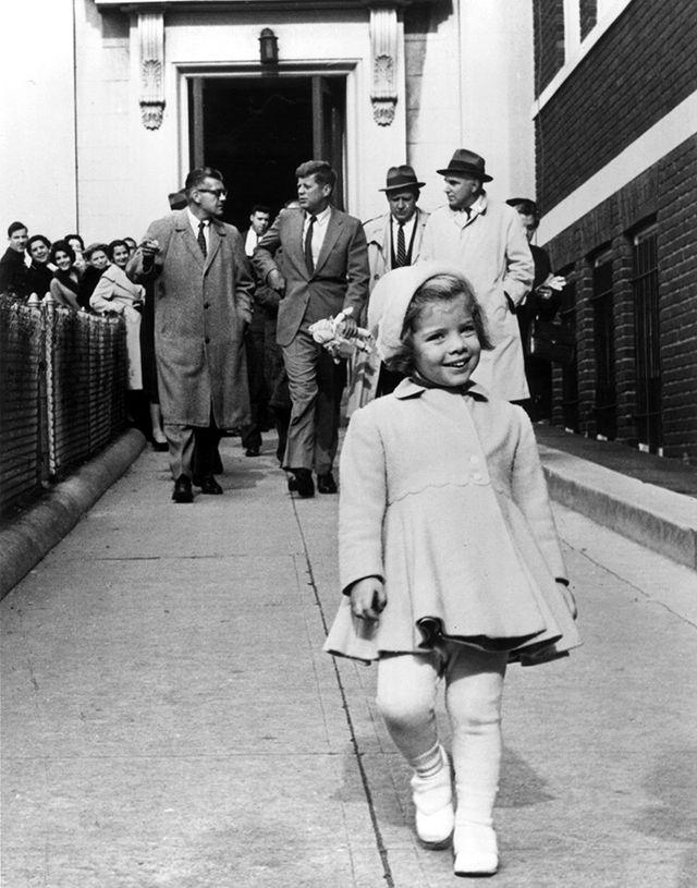 14. Кэролайн Кеннеди и ее отец, президент США, с ее куклой (1963)