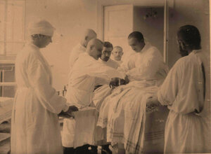 Группа врачей во время проведения  полостной  операции.