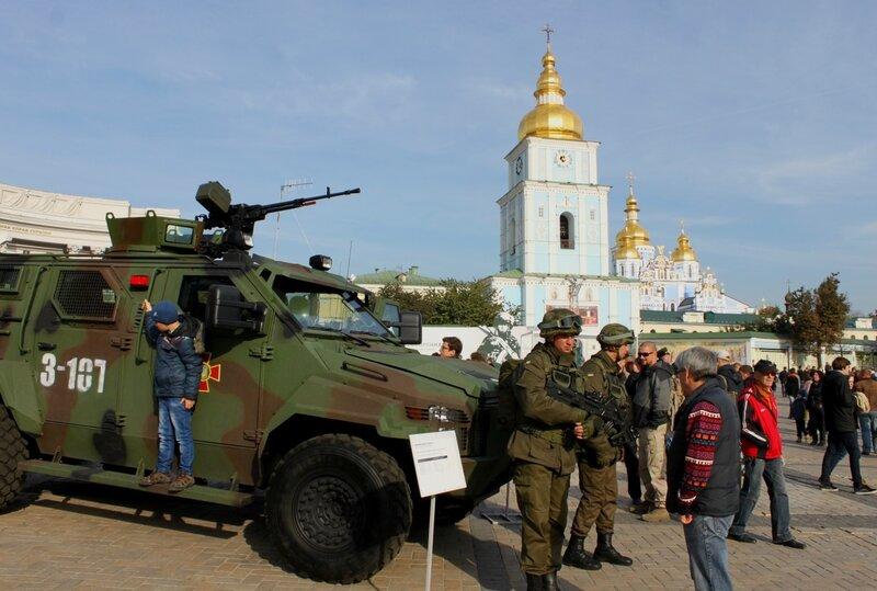 Украинские военные общаются с посетителями выставки