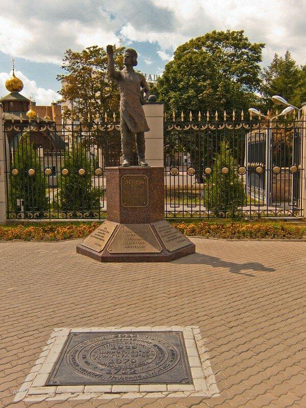 Памятник Левше - символу рабочего мастерства и памятный знак в честь 300-летия Тульского оружейного производства