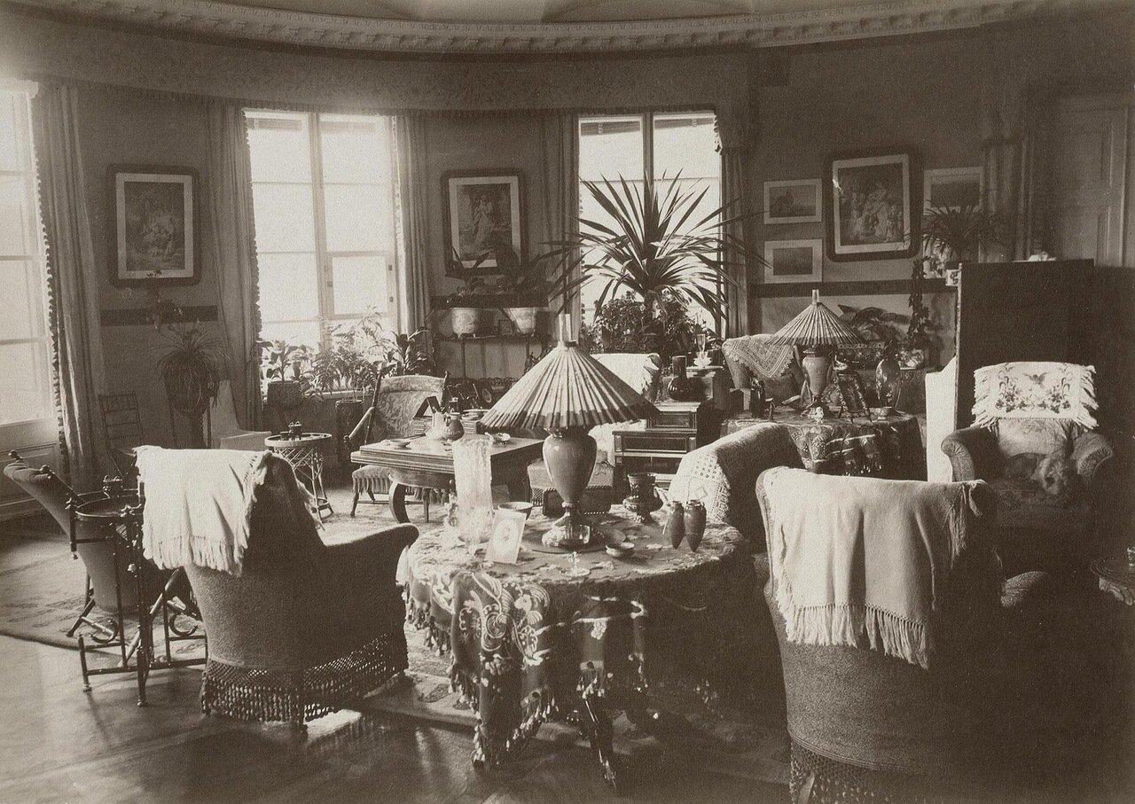 Гостиная в усадебном доме в Осиновой роще. 1885