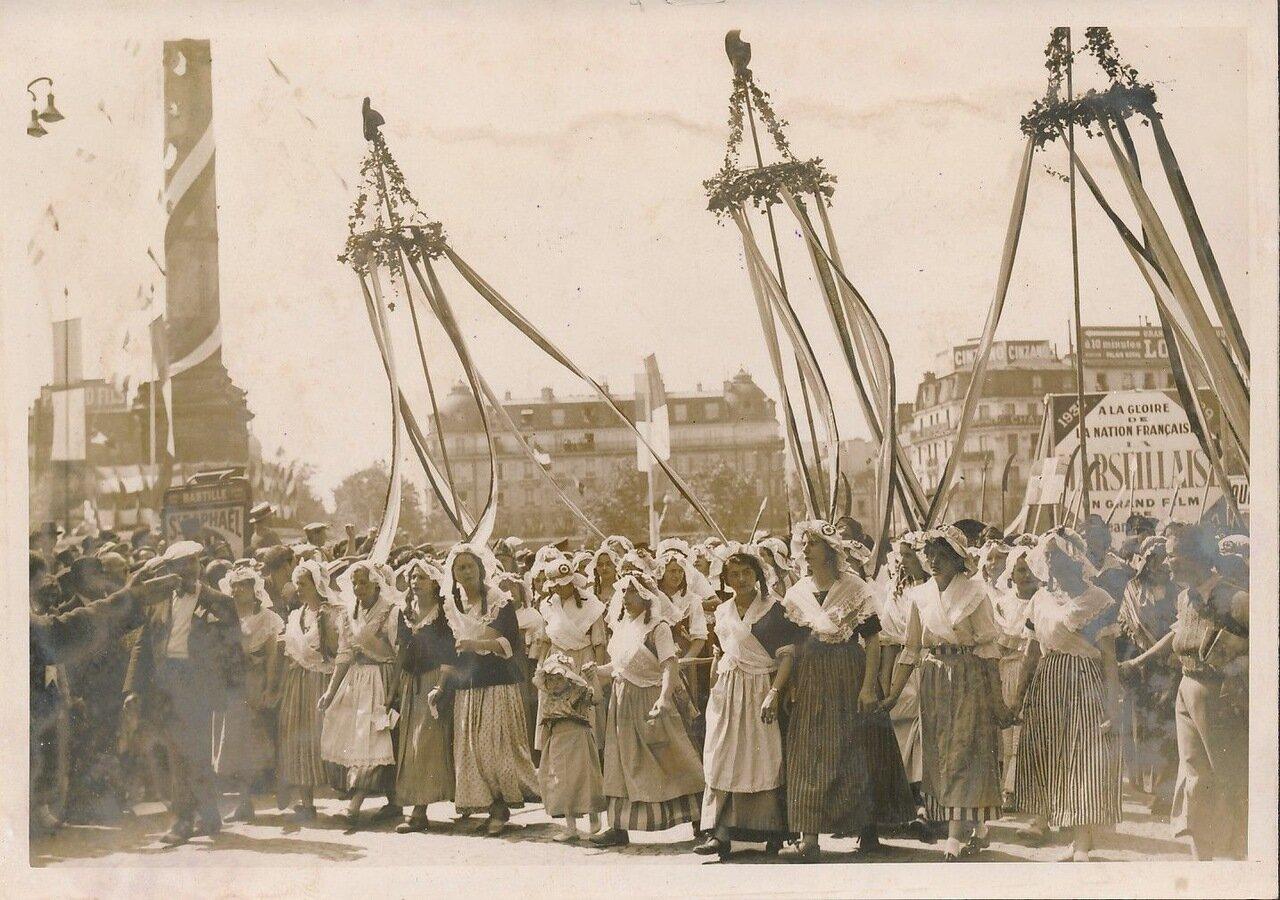 1937. Революционерки на площади Бастилии