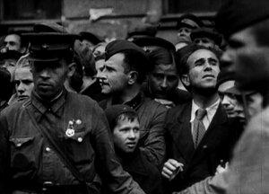 1941. Ленинградцы смотрят на первых немецких пленных.