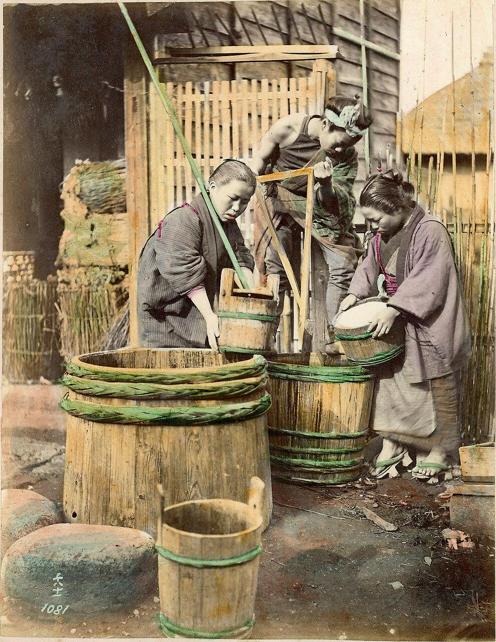 Женщины возле деревянных бочек