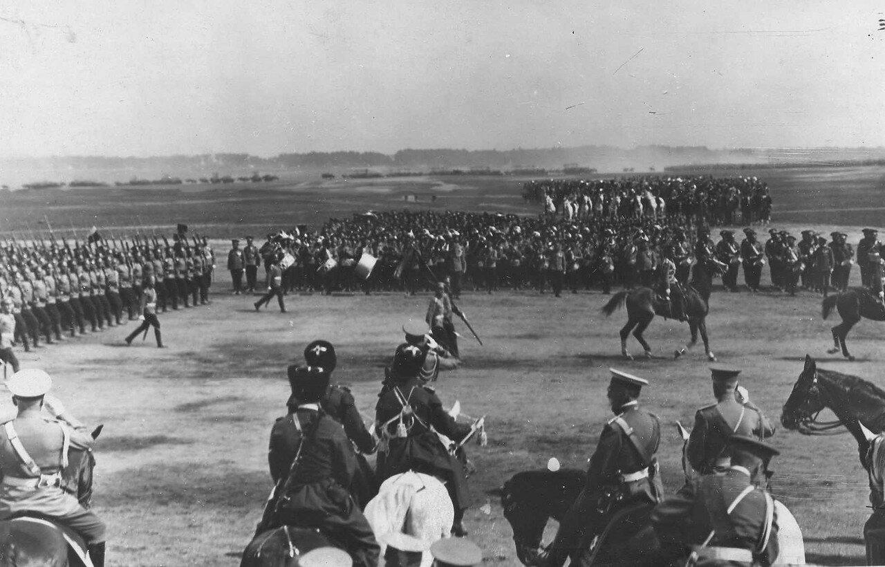 98. Пехотные части во время парада войск проходят мимо императора Николая II и его свиты