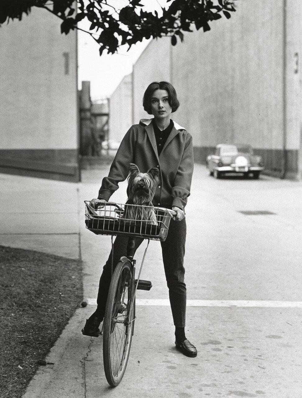1957. Одри Хепбёрн на своем велосибеде на студии Парамаунт