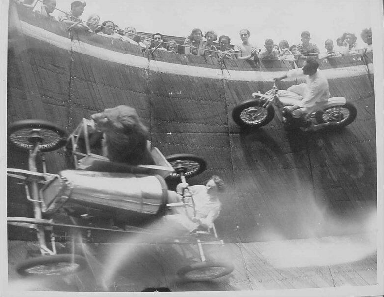 Лев-экстремал и мотоциклисты... Цирковое шоу Стена Смерти. США. 1929 г..jpg