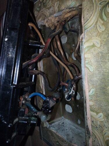 Срочный вызов электрика аварийной службы в квартиру из-за появления горелого запаха от блока выключателей