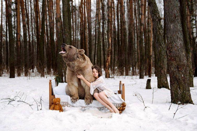 Девушки в объятиях медведя на снегу шокировали Интернет