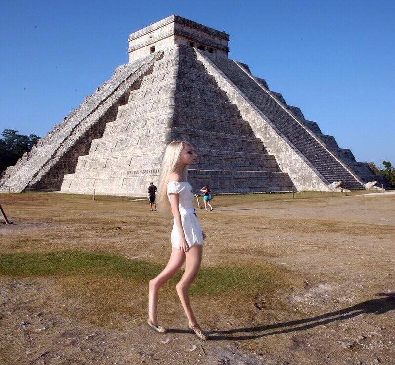 19. Женщина со странными ногами на фоне пирамиды.