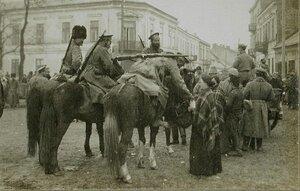 Казаки, патрулирующие город, покупают еду у одной из местных жительниц.
