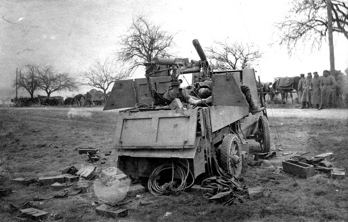 Подбитый английский зенитный бронеавтомобиль (6)