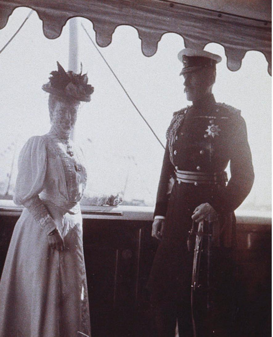 50. Вдовствующая императрица Мария и старший морской офицер на палубе королевской яхты «Виктория и Альберт»