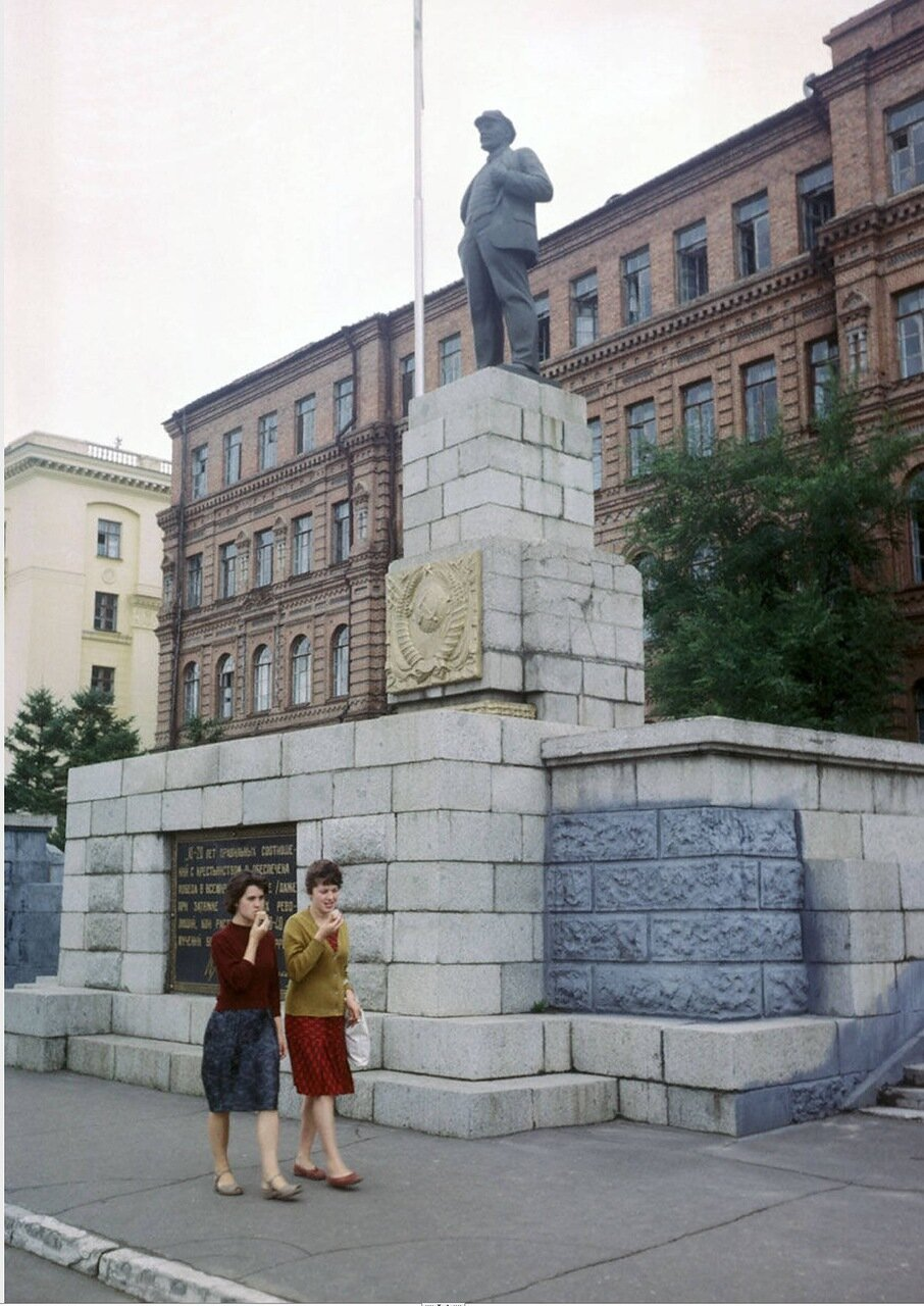 Хабаровск . Памятник Ленину на площади Ленина
