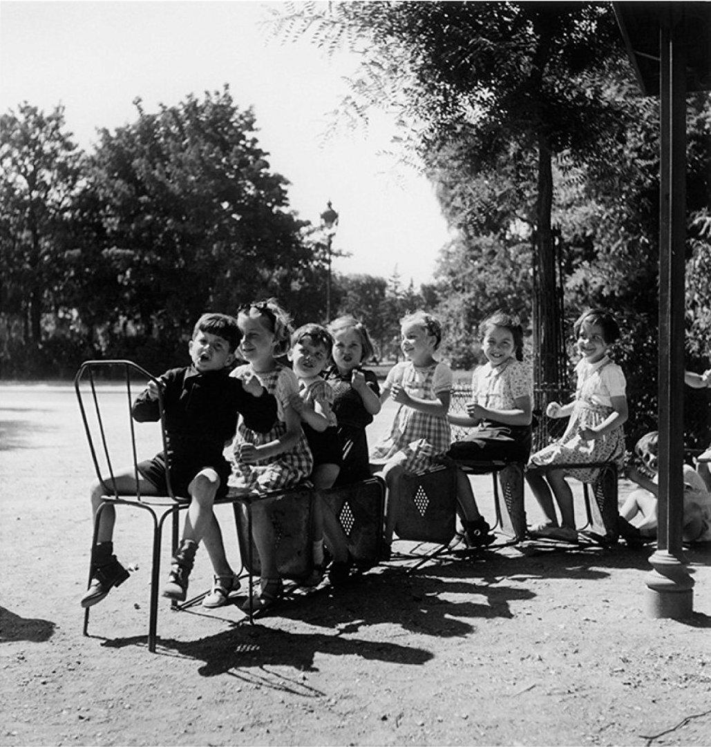 1944. Маленький поезд из кресел в саду Тюильри